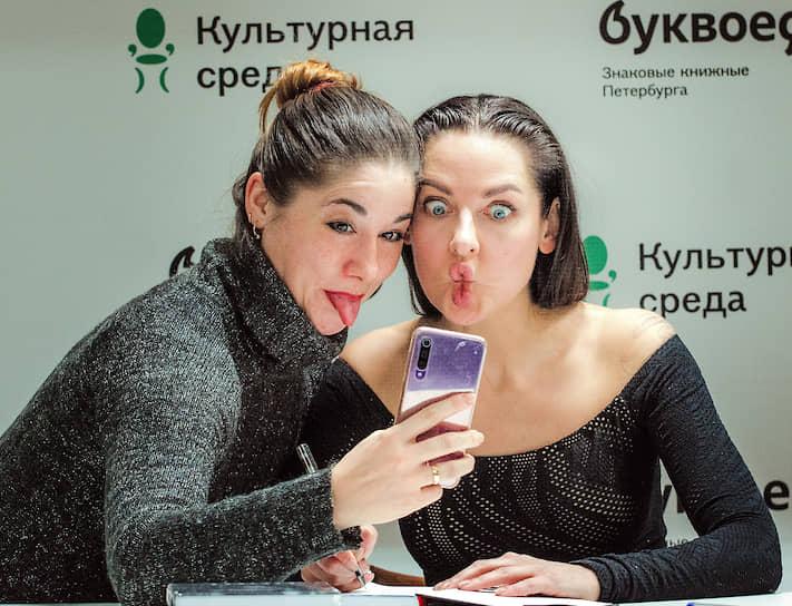 """Блогер Наталья Краснова (справа) во время презентации книги """"1000 и 1 день без секса. Белая книга. Чем занималась я, пока вы занимались сексом"""""""