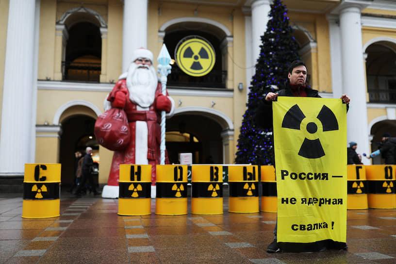 """Акция """"Гринпис"""" против ввоза на территорию РФ ядерных отходов. Акция прошла возле Гостиного двора на Невском проспекте"""