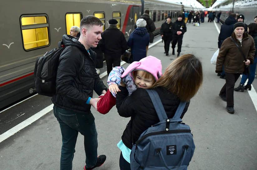 Отправление первого пассажирского поезда в Крым (Севастополь) с Московского вокзала Санкт-Петербурга