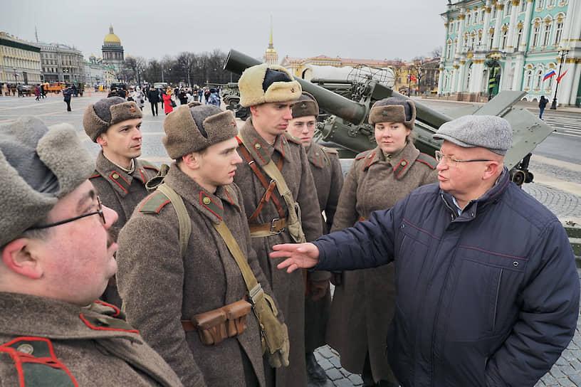 Выставка исторической и военной техники на Дворцовой площади. Волонтеры в форме времен Великой Отечественной войны