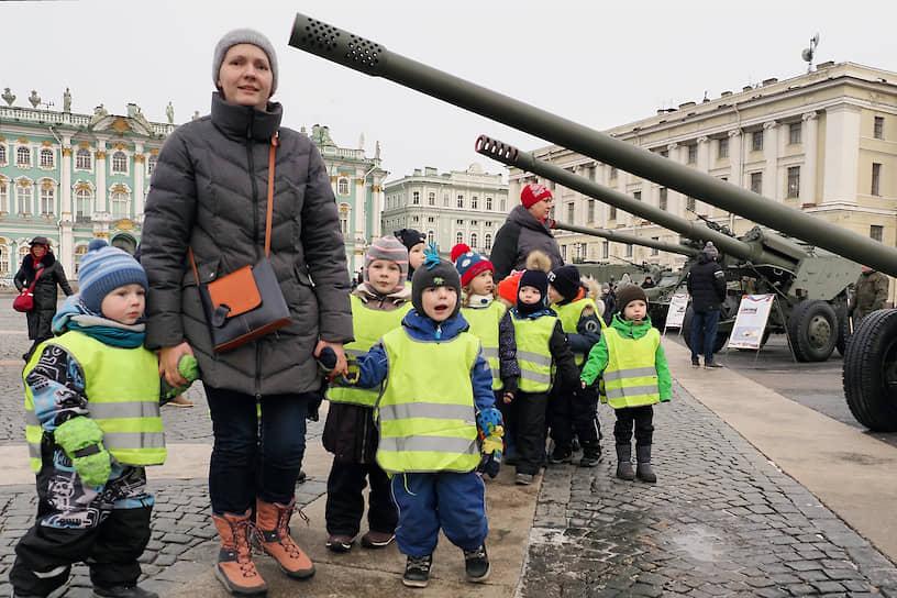 Группа детей с воспитателем на выставке исторической и военной техники на Дворцовой площади