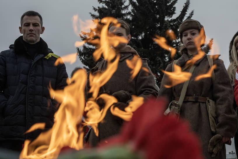 Участники реконструкции на Марсовом поле у вечного огня посвященного погибшим во время Февральской революции 1917 года
