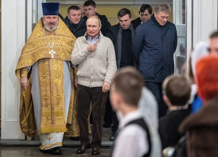 Президент России Владимир Путин перед началом богослужения в Спасо-Преображенском соборе