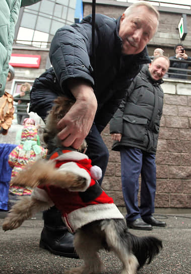 Губернатор Санкт-Петербурга Александр Беглов во время новогодних гуляний в поселке Парголово Выборгского района