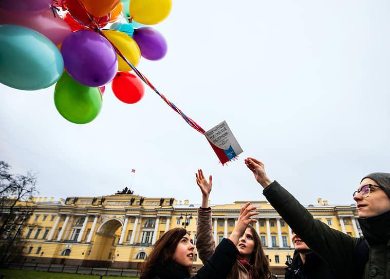 """Акция молодежной организации """"Весна"""" против изменений в Конституцию напротив здания Конституционного суда на Сенатской площади"""