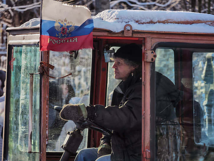 Сотрудник Смоленского кладбища работает на тракторе в День памяти блаженной Ксении Петербургской