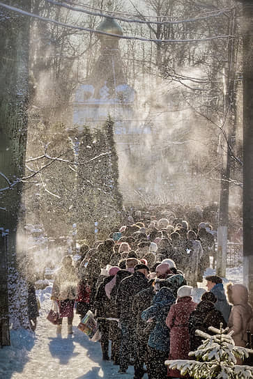 Паломники в День памяти блаженной Ксении Петербургской на Смоленском кладбище