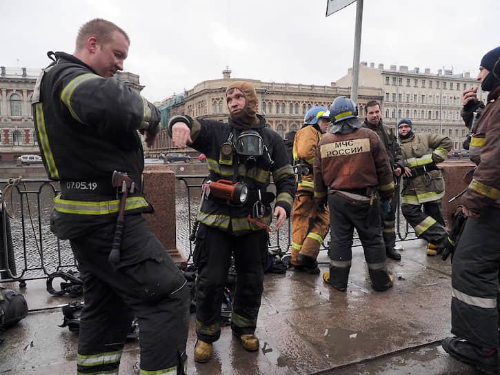 """Пожарные после ликвидации пожара в бизнес-центре """"Лениздат"""" на набережной реки Фонтанке"""