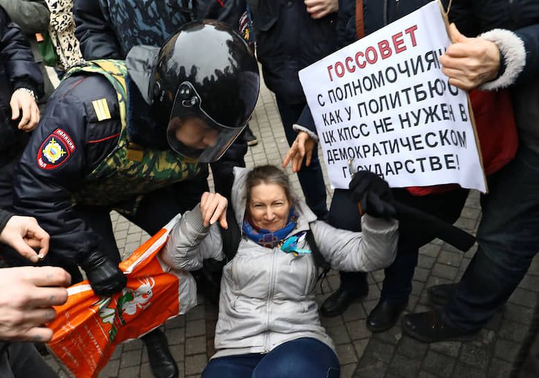 """Акция """"В защиту конституционного строя Российской Федерации"""" прошла на площади Восстания"""