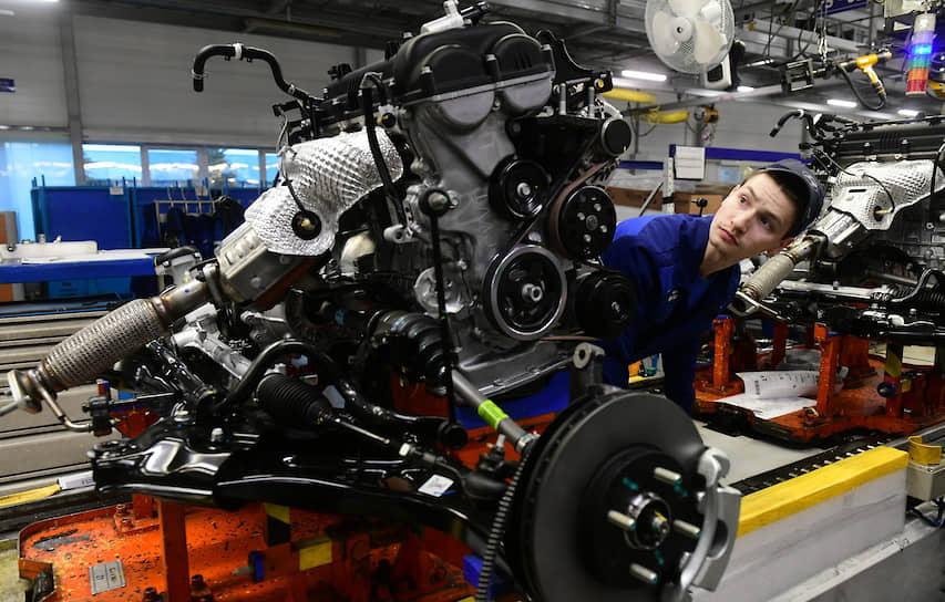 Рабочий завода «Хендэ Мотор Мануфактуринг Рус» во время работы
