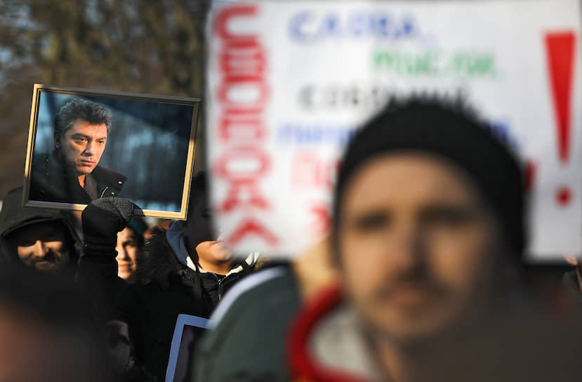Участники митинга памяти политика Бориса Немцова на Троицкой площади у Соловецкого камня