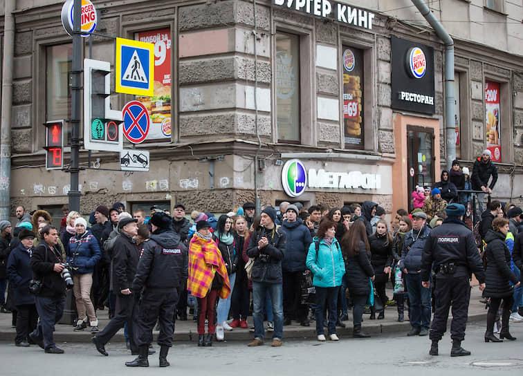 После теракта работа городского метрополитена была полностью остановлена, а петербуржцы помогали друг другу добираться до своих домов