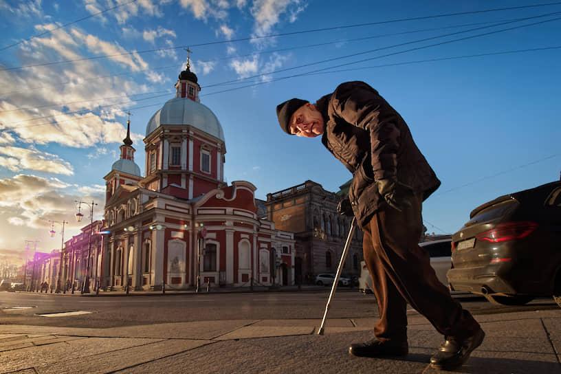 Пожилой человек на фоне Александро-Невской лавры