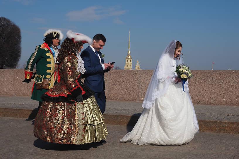 Свадьба на Стрелке Васильевского острова в первый день объявленных президентом каникул в связи с эпидемией коронавируса COVID-19