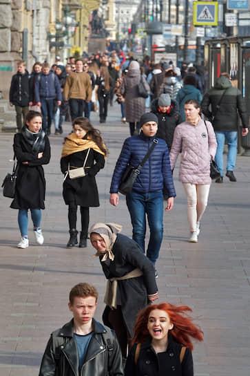 Люди на Невском проспекте в первый день объявленных президентом каникул в связи с коронавирусом COVID-19