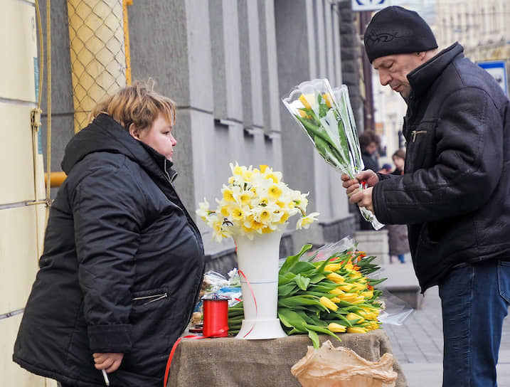Торговля цветами в канун Международного женского дня 8 марта