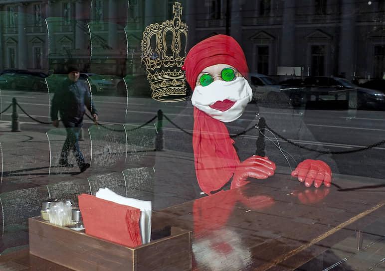 Посетительница кафе в шуточной медицинской маске