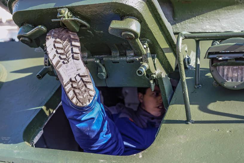 Отправка 30 танков Т-34 в Москву ко Дню Победы с бронетанкового завода №61