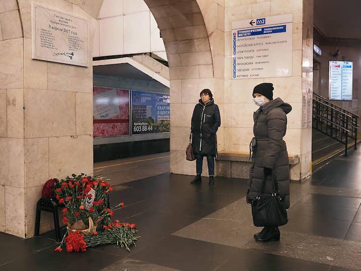 """Несмотря на объявленный в городе режим самоизоляции, к установленной ночью памятной табличке на станции """"Технологический институт"""" несут цветы"""