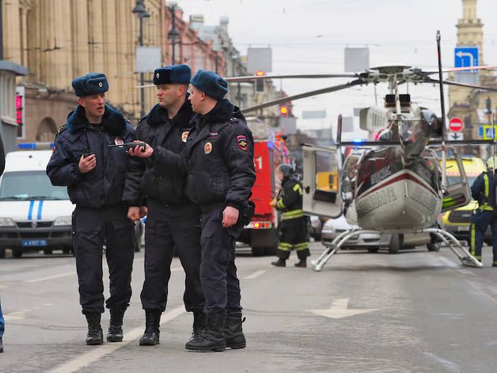 Два взрывных устройства в метро пронес смертник Акбаржон Джалилов. Одну бомбу он оставил на станции метро «Площадь Восстания» -- ее смогли найти и вовремя обезвредить. Второе устройство террорист привел в действие на перегоне между станциями