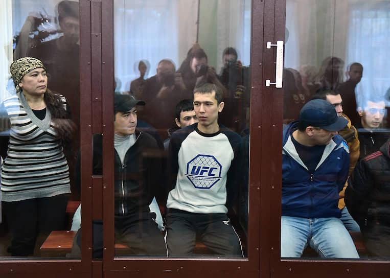 Организатором теракта суд посчитал Аброра Азимова (в центре), установив, что он не только обсуждал со смертником Акбарджоном Джалиловым детали взрыва, но и спонсировал террористическую деятельность. Именно его приговорили к пожизненному сроку