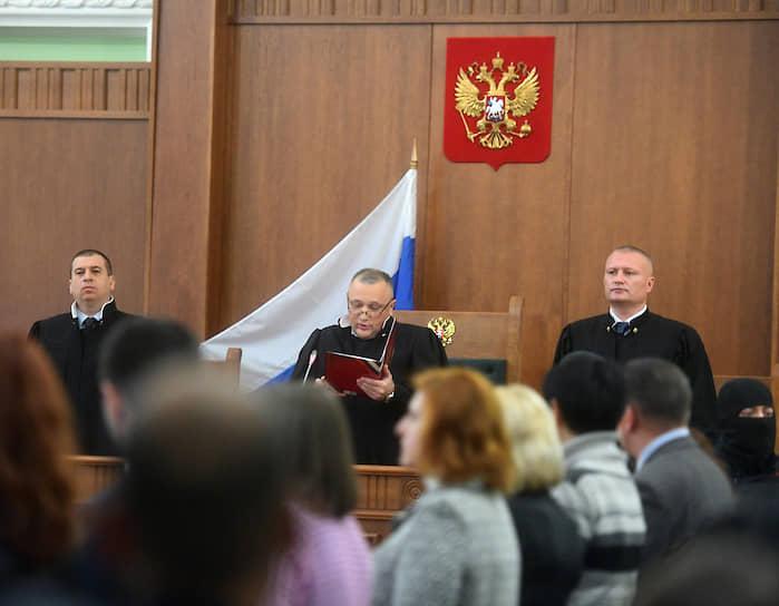 В декабре прошлого года тройка судей Второго Западного окружного военного суда приговорила обвиняемых к длительным срокам. Они получили от 19 лет лишения свободы до пожизненного