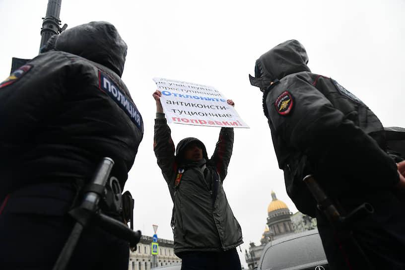Задержание участника одиночного пикета перед заседанием ЗакСа во время заседания городского парламента по принятию поправок в Конституцию РФ