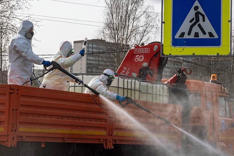 Сотрудники ЖКХ во время дезинфекции улиц в городском поселении Мурино в связи с эпидемией коронавируса COVID-19