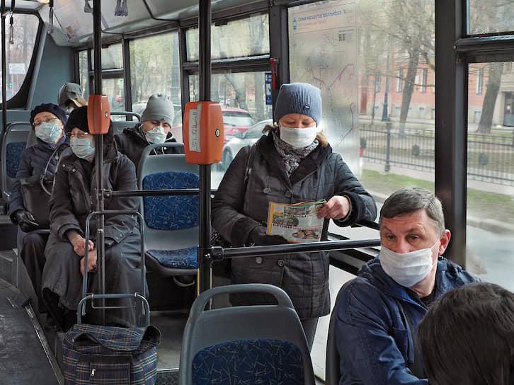 Пассажиры в медицинских масках в салоне автобуса