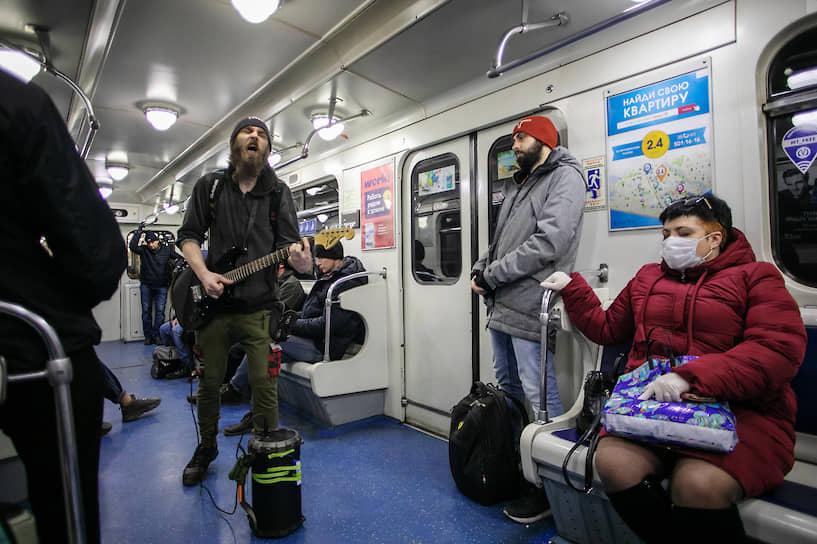 Музыкант во время выступления в вагоне метро