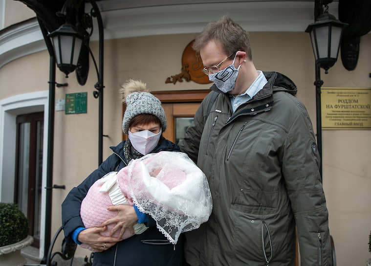 Родители с новорожденным у роддома на Фурштатской улице