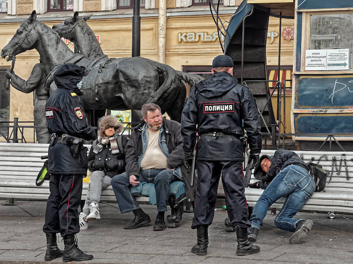 Сотрудники полиции во время несения службы