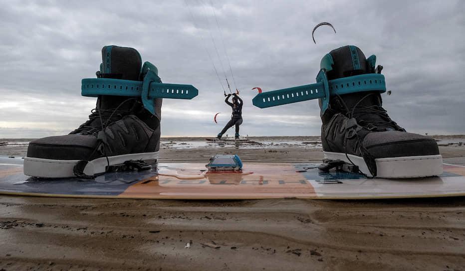 Жители Санкт-Петербурга занимаются кайтингом на берегу Финского залива