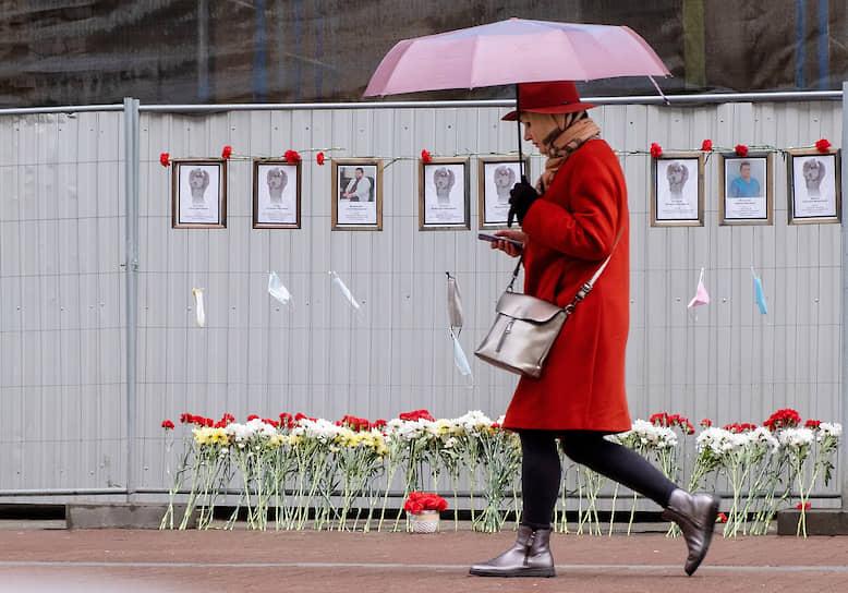"""Стихийный мемориал """"Стена памяти врачей"""" на Малой Садовой улице, посвященный медицинским работникам, умершим во время пандемии коронавируса"""