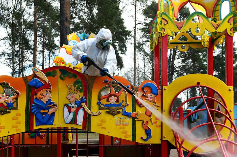 Дезинфекция детской площадки в городе Всеволожск сотрудниками ветеринарной службы