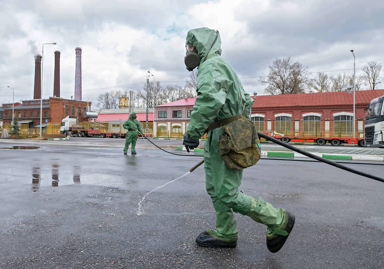 Военнослужащие подразделений радиационной, химической и биологической защиты (РХБЗ) во время мероприятий по специальной обработке объектов и прилегающей территории вагоностроительных предприятий