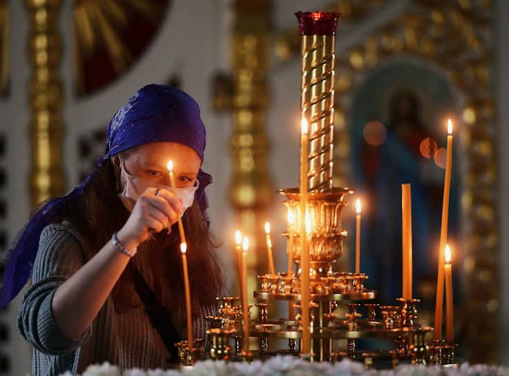 Верующая в храме Спаса Нерукотворного Образа на Дороге жизни