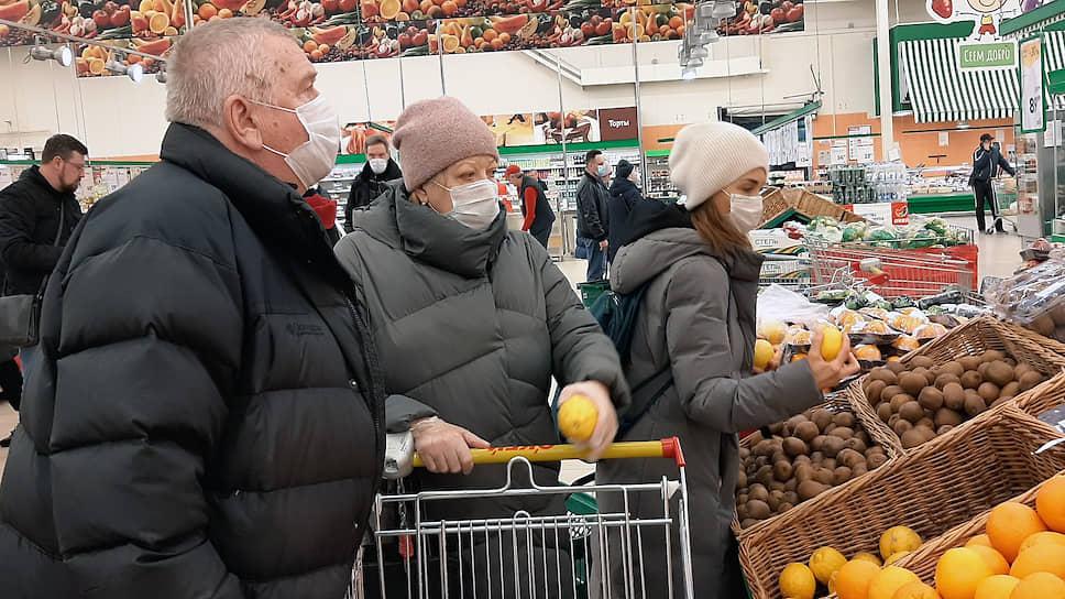 Покупатели в медицинских масках покупают подорожавшие лимоны