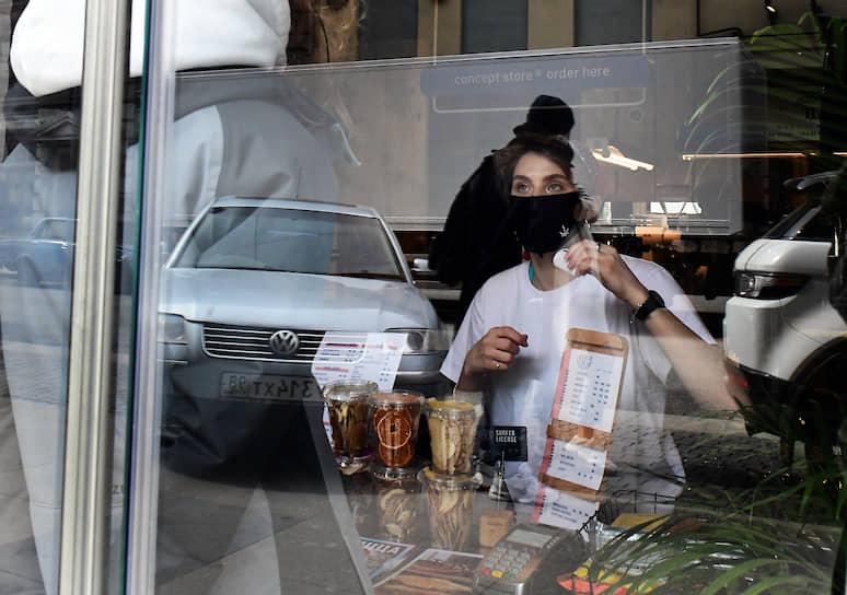 Продавщица ресторана торгует продукцией ресторана на вынос