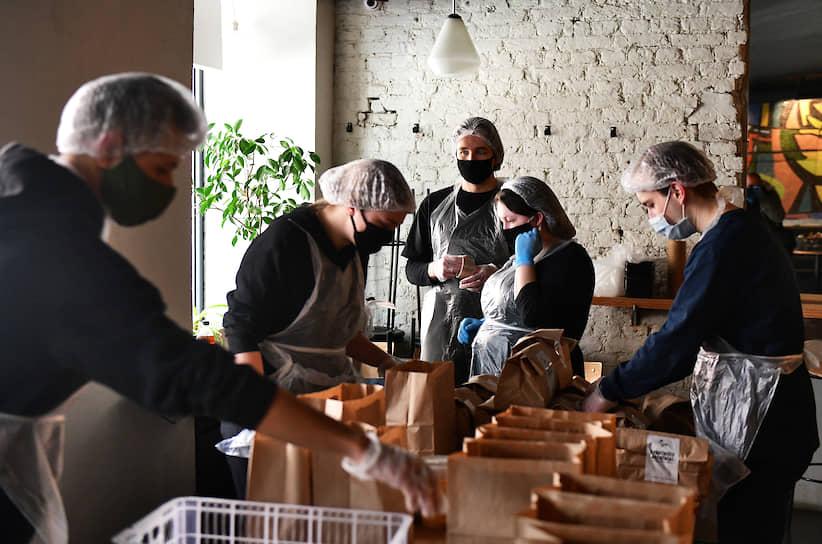 Сотрудники кафе «Косуля» во время работы в режиме приготовления и доставки обедов врачам инфекционной больницы