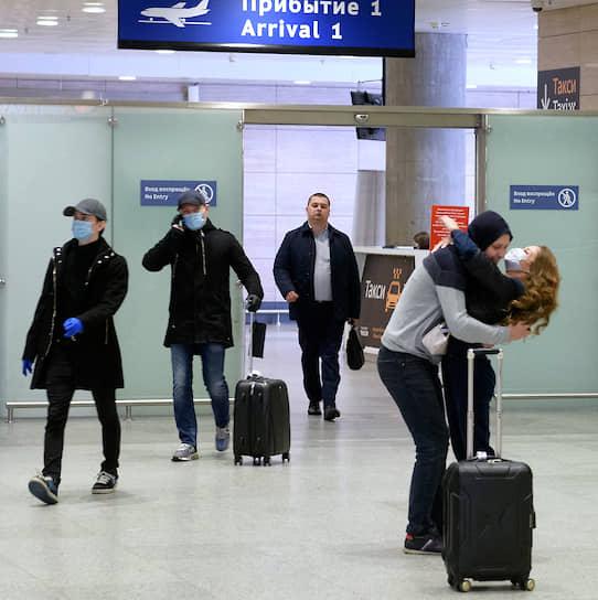 Пассажиры регулярных рейсов в зоне прилета аэропорта Пулково