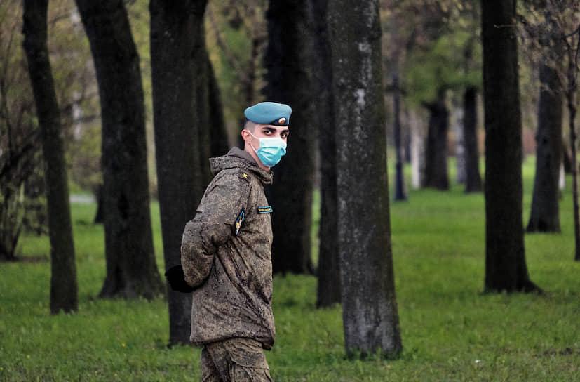 Военнослужащий-десантник в парке