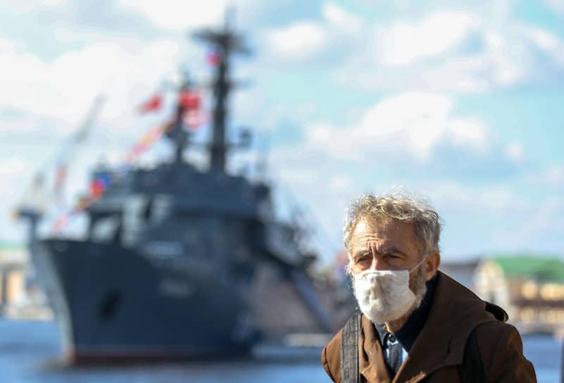 """Пожилой мужчина в марлевой повязке на набережной лейтенанта Шмидта на фоне учебного корабля """"Перекоп"""""""