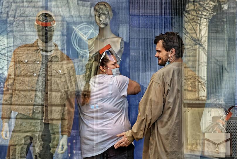 Сотрудники магазина оформляют витрину