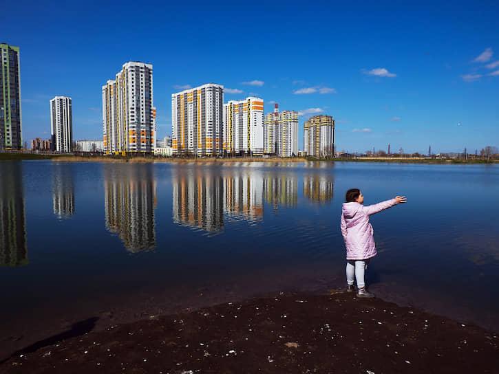 Девочка у озера в парке Героев-Пожарных