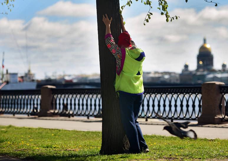 Женщина делает физические упражнения на набережной Лейтенанта Шмидта