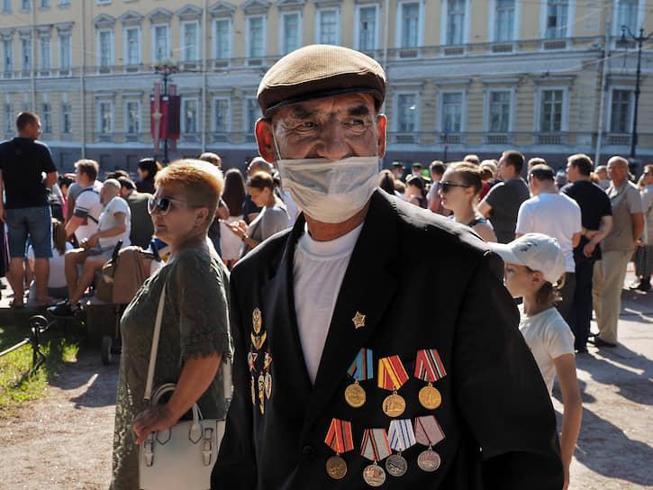 Зрители во время парада на Дворцовой площади.