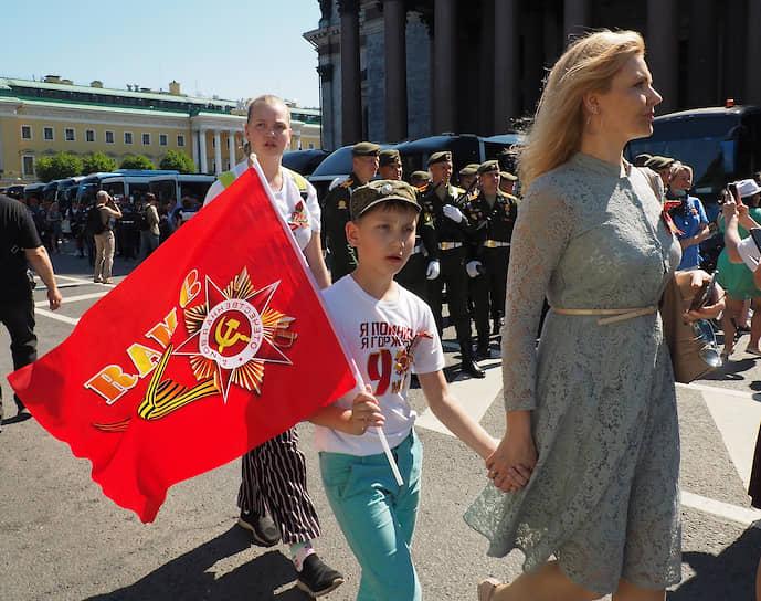 Петербуржцы празднуют праздник День Победы.