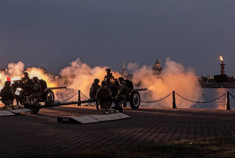 Праздничный артиллерийский салют в честь 75-й годовщины Победы в Великой Отечественной войне