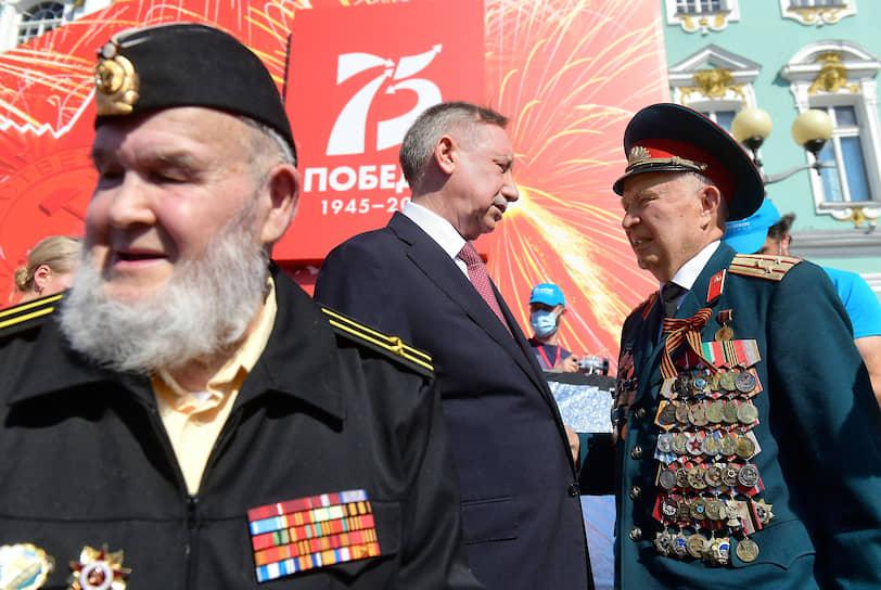 Губернатор Санкт-Петербург Александр Беглов (в центре) во время парада.